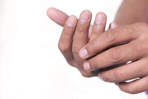 manos sobre un fondo blanco