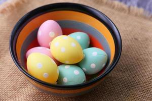 huevos de pascua en un tazón foto