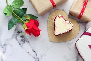 vista superior de la torta en forma de corazón foto