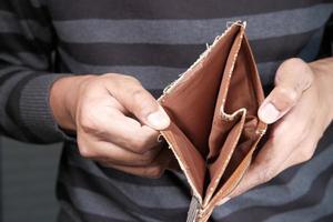 hombre sosteniendo una billetera vacía foto