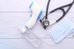 suministros médicos sobre fondo de madera blanca