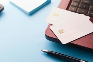 tarjetas de crédito en un teclado