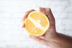 mano sosteniendo un limón foto