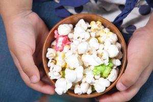 tazón colorido de palomitas de maíz foto