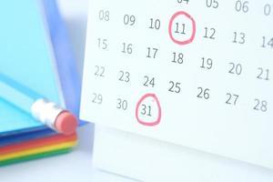 concepto de fecha límite con marca roja en la fecha del calendario foto