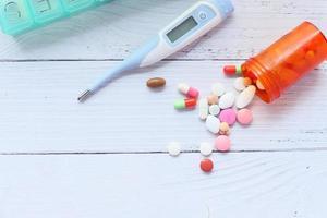 pastillas y un termómetro