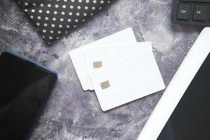 Tarjetas de crédito blancas sobre escritorio monocromático foto