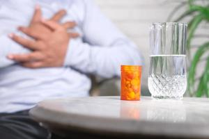 pastillas y un vaso de agua foto