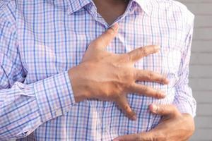 hombre que sufre dolor de pecho foto
