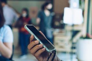 mano de la persona que usa el teléfono inteligente para hacer negocios foto