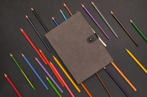 Libro y lápices de colores de regreso a la escuela y el concepto de educación