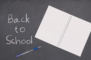 regreso a la escuela y la educación concepto libro y bolígrafo foto
