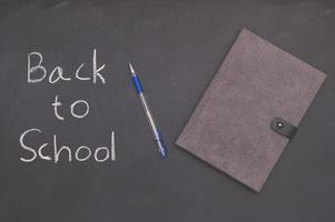 Volver a la escuela palabras escritas sobre fondo de pizarra foto