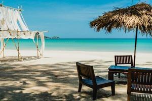 mesa y silla en la playa de verano tropical foto