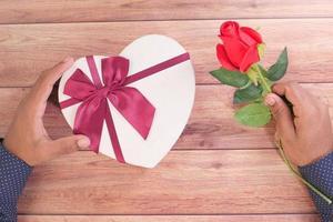 caja de regalo en forma de corazón y una rosa foto