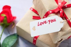 Cerca de la caja de regalo para el día de San Valentín. foto