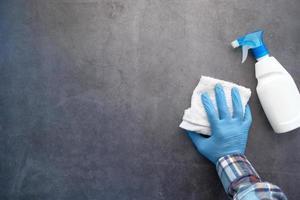 persona limpiando una superficie foto