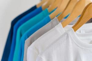 Cerca de camisetas en perchas, antecedentes de prendas de vestir