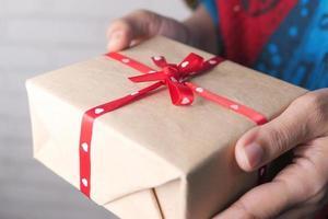 caja de regalo con cinta de corazón foto
