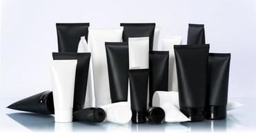 Paquete de maqueta de tubo cosmético blanco y negro en fondo blanco foto
