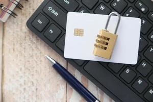 candado con tarjeta de crédito en el teclado