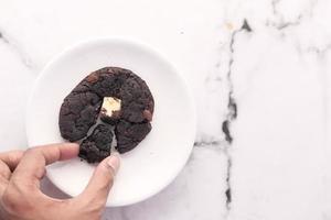 galleta de chocolate en un plato blanco foto