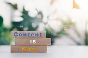 El contenido es el rey en la tabla de madera con fondo de espacio de copia