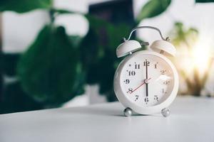 El enfoque selectivo del despertador que muestra las 6 en punto. foto
