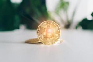 símbolo de bitcoins como criptomoneda de dinero digital con fondo de naturaleza foto