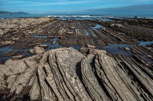 Formación rocosa flysch en zumaia, españa foto
