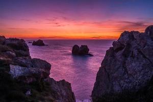 puesta de sol en la playa rocosa foto