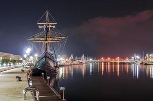 barco galeón en el puerto foto