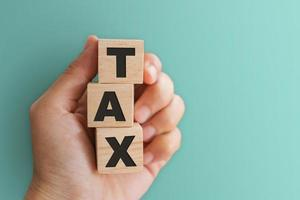 Palabra de impuestos sobre fondo de cubo de madera