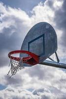 aro de baloncesto al aire libre degradado foto
