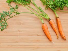zanahorias sobre un fondo de madera foto