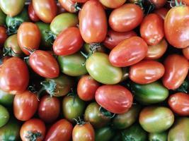 pila de tomates coloridos