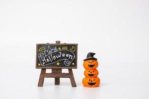 Decoración de accesorios de fiesta de Halloween sobre un fondo blanco, concepto de fiesta de Halloween foto