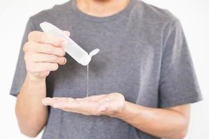 Manos de hombre con dispensador de gel desinfectante para manos contra el nuevo coronavirus o covid-19, concepto de higiene y atención médica foto