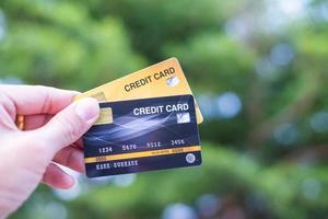 una mano sosteniendo tarjetas de crédito con fondo bokeh, concepto de libertad financiera foto