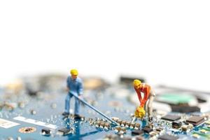 Gente en miniatura trabajando en una placa de CPU, concepto de tecnología