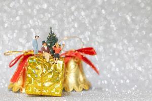 familia feliz en miniatura celebrando la navidad, navidad y feliz año nuevo concepto foto