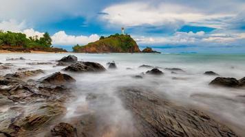 faro en la isla de krabi en tailandia foto