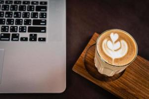 café con leche en un escritorio