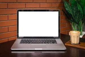 Pantalla en blanco de la computadora portátil con arte latte foto