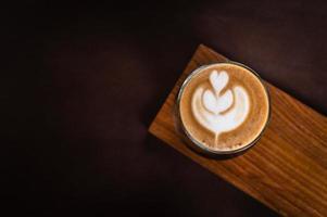 café con leche en el escritorio de madera
