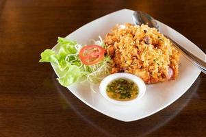 arroz frito en un plato foto