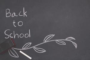 regreso a la escuela y el concepto de educación en la pizarra