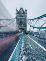 Double Decker borrosa en Tower Bridge, Reino Unido