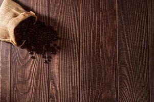 granos de cafe en la mesa