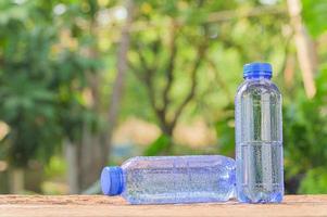 botellas de agua potable foto